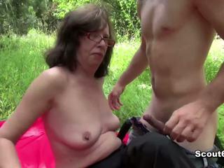 Alemão mãe apanhada ao ar livre e caralho por jovem gajo