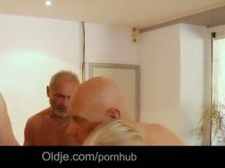 Seven grandpas gabg bangs seksi muda rambut pirang di sebuah pertemuan
