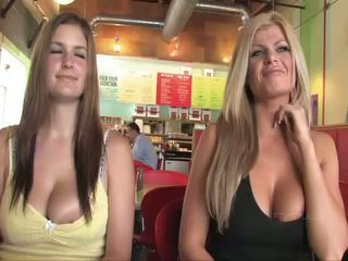 Taryn a danielle prsnaté babes verejnosť flashing prsia