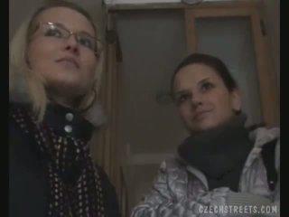 Two meisjes picked omhoog op de straat voor seks