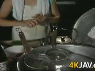 Ώριμος/η ιαπωνικό κορίτσι getting πατήσαμε