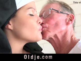 قديم رجل يجعل شاب monastery راهبة fornicate