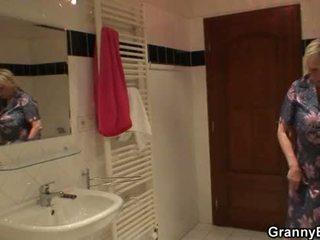 Busty blondýnka babičky pleases ho po sprchový