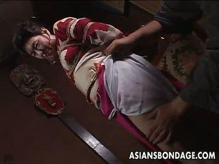 Asiatiskapojke äldre tik has en rope session till uthärda