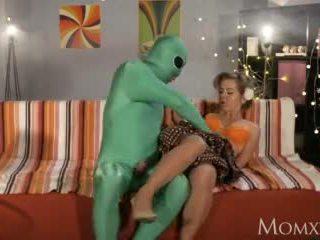 Mam lonely huisvrouw gets diep sonde van buitenaards op halloween video-