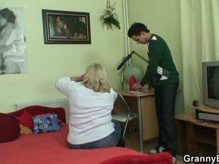 Krūtinga 70 years senas senelė tastes jo varpa