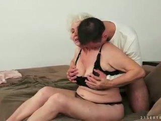 젊은 사람 loves 거유 지방 털이 많은 할머니