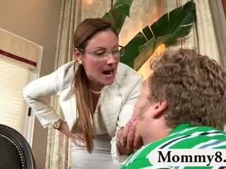 Milf mama vitrega catches adolescență la dracu pe ei canapea