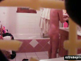 لي موم sneaky filmed في ال حمام
