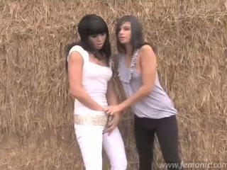 לסבית משתינים בנות sasha & liza