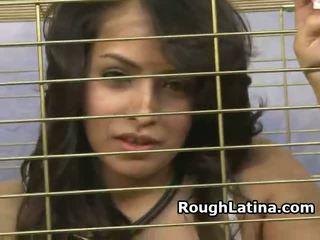 Latina gadis nakal di sebuah alat seks di leher muka kacau melalui kurungan