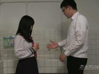 Innocent mokykla mergaitė gives blowjobs ir rankų darbo vietų už extra kreditas