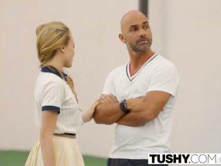Tushy pertama dubur untuk tenis murid aubrey bintang