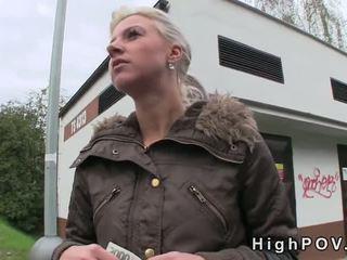 Blondinė mėgėjiškas čiulpimas pov į viešumas