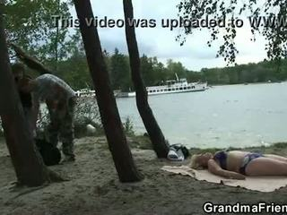 Shumë i vjetër gjysh dhe boys adoleshent qij outdoors