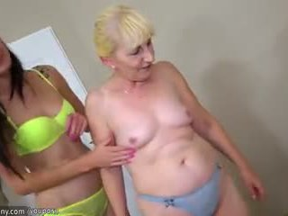 Bruneta lesbička dívka a blondýnka lesbička zralý mít dlouho dildo