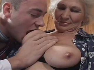白 haired おばあちゃん becomes a 意地の悪い 娼婦 のために 巨大な 若い コック