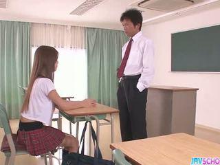חרמן אסייתי תלמידת בית ספר מציצות ו - מזיין
