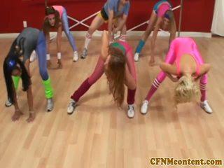 Cfnm femdoms giật con gà trống tại aerobics