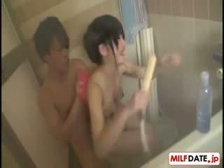 Taking bath з великий титьки японська мама