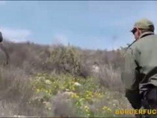 Těsný latina kimberly gates gets nailed podle patrol agent