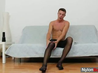 Gay guy teasing sua caralho em panty-hose