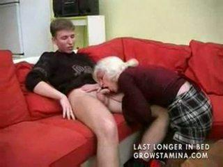 סבתא עם saggy פטמות gets מזוין part1