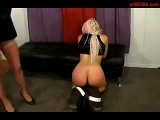 ブロンド 女の子 とともに アフロ 髪 getting 彼女の ティッツ rubbed spanked getting 長い おもちゃ へ 彼女の 尻 バイ ミストレス で ザ· 部屋