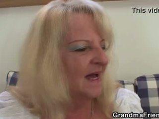 금발의 할머니 takes two 큰 cocks 에 한 번
