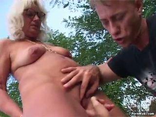 おばあちゃん アウトドア セックス