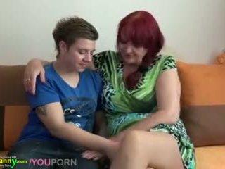 Lesbian bunicuta și adolescenta cu uriaș dildo