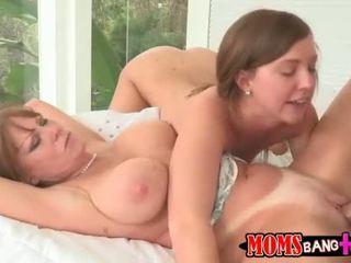 Ibu helps anak perempuan kepada menyelesaikan seks masalah