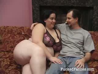 Olśniewające tłusta dziewczyna z ogromny cycki getting penetrated przez two duży cocks