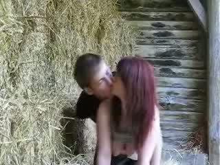 سخيف في ل barn في حين أب sleeps فيديو