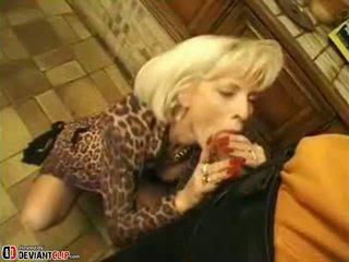 Καυτά μαμά seduces και fucks αυτό αγόρι