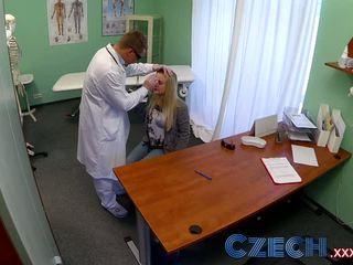 Tšehhi dizzy blond squirts ja recieves a creampie prescription