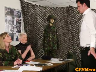 Naisdomineerija sõjavägi milf holly kiss tugs värbama