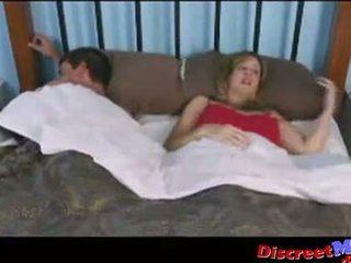 Chlapec a maminka v the hotelu pokoj