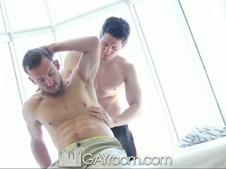 Gayroom karvane muscle guy perses pärast õli mas