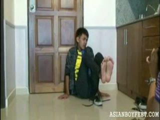 Bee poses sexily представяне край негов азиатки chap нозе