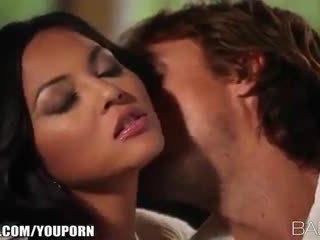 Krūtainas beauty adrianna luna seduces viņai vīrietis par kaislīgas sekss