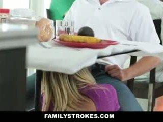 Οικογένεια strokes- step-mom teases και fucks step-son
