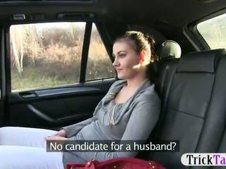 Καυλωμένος/η gal passenger pounded σε ο taxi recorded επί camera