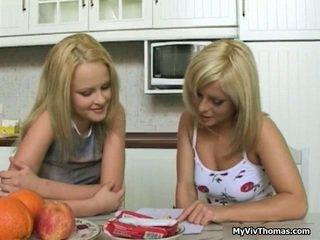 Cachonda astonishing rubia lesbianas chicas besando