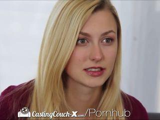 Kasting couch-x blondinke navijačica shows off na kamera