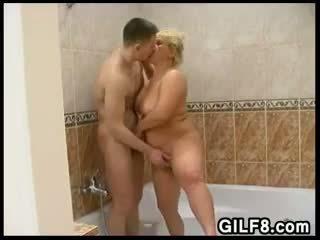 Divertimento con un bionda nonna in il bagno