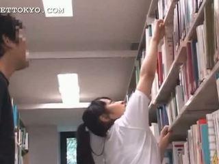 क्यूट एशियन टीन गर्ल teased में the स्कूल