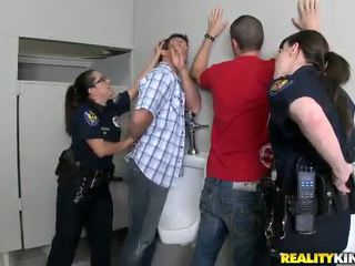 Pair honeys v policejní jednotný mít fucked v jejich buttholes