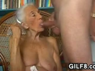 Nezbedný babička giving a výstřik na domácí