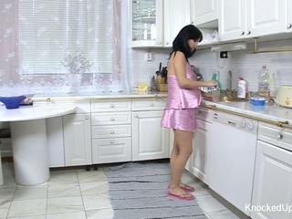 Mooi & zwanger babe fucks in de keuken